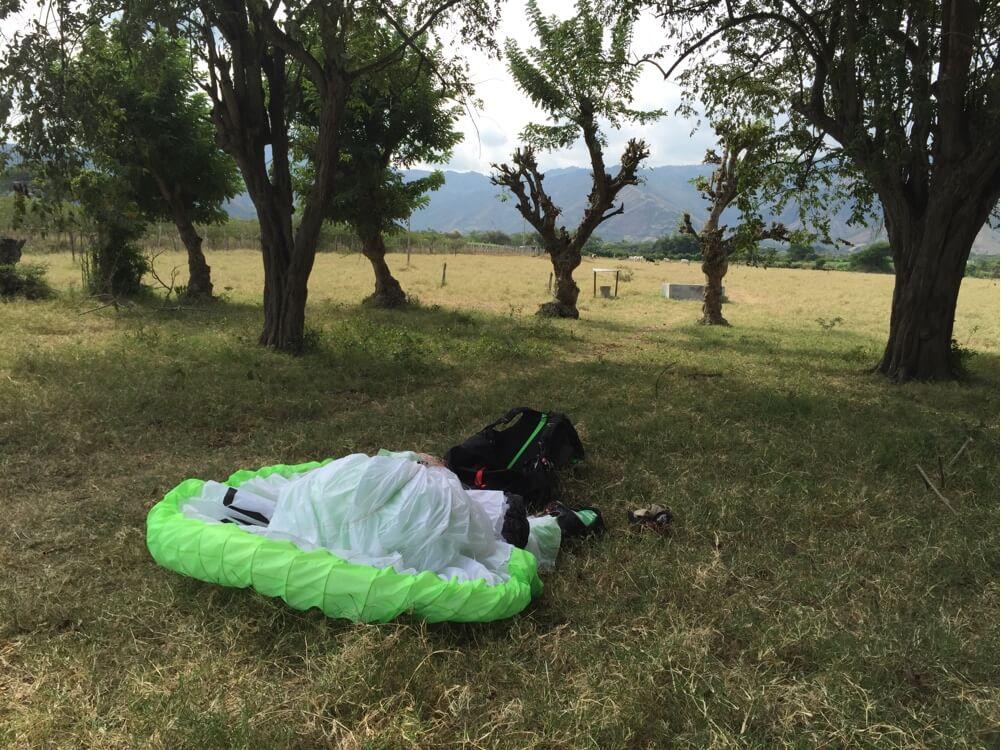 Skönt att packa i skuggan. Stora fält att landa på finns överallt. När man tröttnat på att flyga alltså. Bomba går nästan inte. :-)